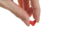 Donna che tiene poco cuore rosso del biglietto di S. Valentino della st Fotografia Stock Libera da Diritti