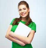 Donna che tiene ritratto isolato manifesto in bianco. Immagine Stock Libera da Diritti