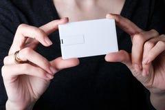Donna che tiene scheda bianca Progettazione alta di derisione Fotografia Stock Libera da Diritti