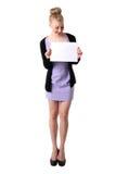 Donna che tiene scheda bianca vuota. Immagini Stock