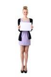 Donna che tiene scheda bianca vuota. Fotografia Stock Libera da Diritti