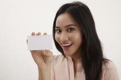 Donna che tiene scheda in bianco Fotografia Stock Libera da Diritti