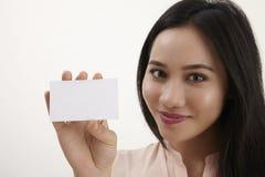 Donna che tiene scheda in bianco Immagini Stock Libere da Diritti