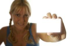 Donna che tiene scheda in bianco Immagini Stock