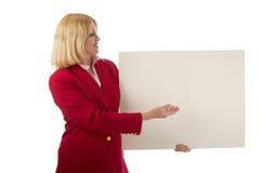 Donna che tiene segno in bianco 2 fotografia stock libera da diritti