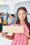 Donna che tiene segno in bianco per l'introduzione sul mercato Fotografia Stock