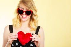 Donna che tiene simbolo rosso di amore del cuore Fotografia Stock Libera da Diritti