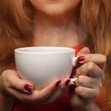 Donna che tiene tazza calda Fotografia Stock Libera da Diritti
