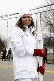 Donna che tiene torcia olimpica Fotografia Stock Libera da Diritti