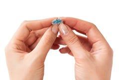 Donna che tiene un bello anello Immagine Stock