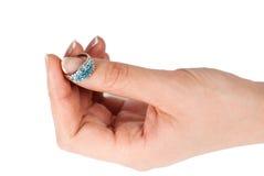 Donna che tiene un bello anello Fotografie Stock Libere da Diritti