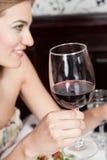 Donna che tiene un bicchiere di vino immagini stock libere da diritti