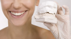 Donna che tiene un campione dei denti fotografie stock libere da diritti