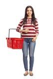 Donna che tiene un cestino della spesa vuoto Fotografia Stock