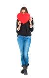 Donna che tiene un cuore rosso fotografia stock libera da diritti