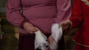Donna che tiene un fazzoletto video d archivio