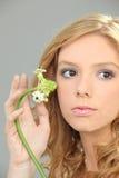 Donna che tiene un fiore Immagini Stock