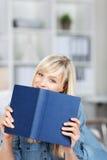 Donna che tiene un libro blu Fotografie Stock