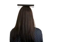 Donna che tiene un libro sopra la sua testa Fotografia Stock Libera da Diritti