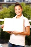 Donna che tiene un libro sopra sfondo naturale Fotografie Stock Libere da Diritti