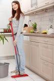 Donna che tiene un mop Fotografie Stock