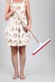 Donna che tiene un mop Immagini Stock Libere da Diritti
