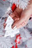 Donna che tiene un ornamento dell'albero di Natale Immagine Stock Libera da Diritti