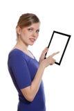 Donna che tiene un pc in bianco del touchpad Fotografie Stock Libere da Diritti