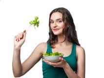 Donna che tiene un piatto con insalata Immagini Stock
