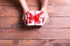 Donna che tiene un regalo di Natale immagini stock