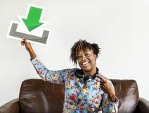Donna che tiene un segno di download Fotografia Stock Libera da Diritti