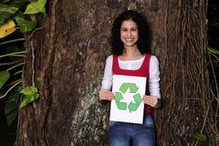 Donna che tiene un segno di riciclaggio Immagine Stock