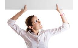 Donna che tiene un tabellone per le affissioni fotografia stock libera da diritti