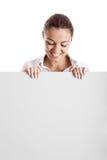 Donna che tiene un tabellone per le affissioni immagini stock