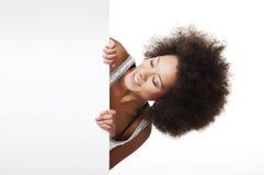 Donna che tiene un tabellone per le affissioni bianco immagini stock libere da diritti