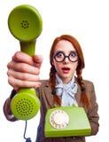 Donna che tiene un telefono di quadrante e del microtelefono fotografie stock