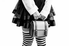 Donna che tiene una borsa Fotografie Stock Libere da Diritti