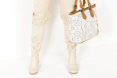 Donna che tiene una borsa Immagini Stock Libere da Diritti