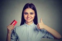 Donna che tiene una carta di credito che dà i pollici su Fotografia Stock Libera da Diritti