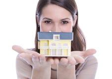 Donna che tiene una casa in sue mani. Fotografia Stock