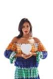 Donna che tiene una forma del cuore fotografia stock