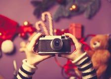 Donna che tiene una macchina fotografica Fotografia Stock