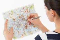 Donna che tiene una mappa Fotografia Stock