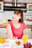 Donna che tiene una mela Fotografia Stock