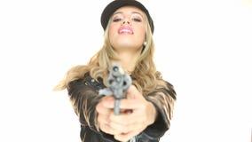 Donna che tiene una pistola video d archivio