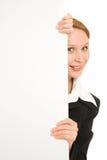 Donna che tiene una scheda bianca. Immagini Stock