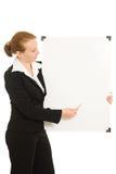 Donna che tiene una scheda bianca. Immagini Stock Libere da Diritti