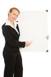 Donna che tiene una scheda bianca. Fotografia Stock Libera da Diritti
