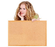 Donna che tiene una scheda del sughero Fotografia Stock
