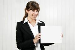 Donna che tiene una scheda vuota Fotografia Stock Libera da Diritti